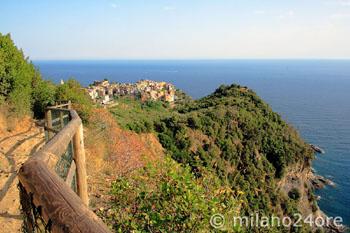 Cinque Terre Wanderweg mit Blick auf Corniglia